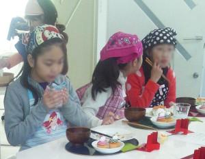 野菜を食べる子どもたち