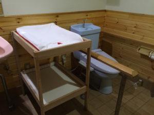 多目的トイレにはベビーベッドも完備されていて赤ちゃん連れでも安心