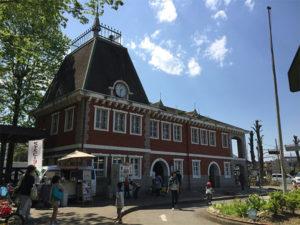オランダのアムステルダムを模した駅舎がシンボル。ここで自転車のレンタルもできます