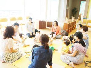 子どもを中心に円になって座ります