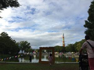 いつもの公園がアートタウンに。公園の真ん中に額縁?!